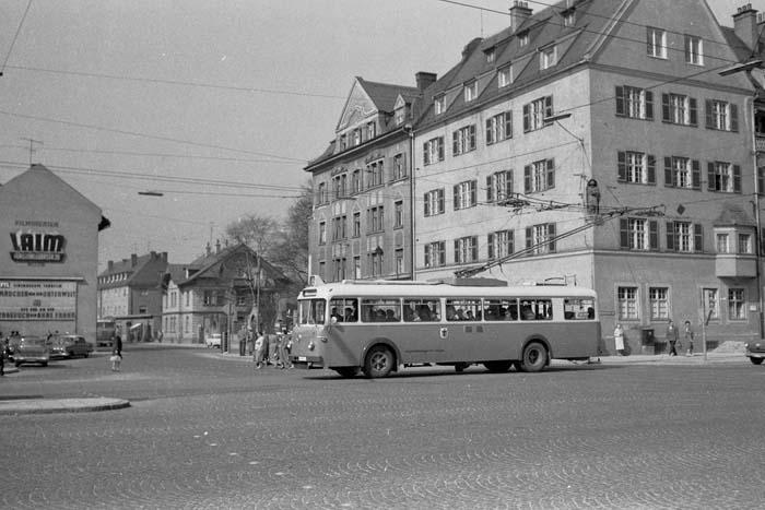 Ein O-Bus 1958 an der Kreuzung Fürstenrieder-/Agnes-Bernauer-Straße - Foto: Archiv FMTM