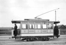 Einer der ersten elektrischen Triebwagen auf der Linie Färbergraben – Isartalbahnhof in der Schäftlarnstraße (1895)