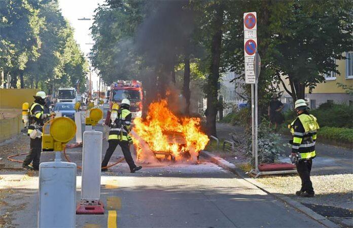 Ludwigsvorstadt: VW Passat steht in Flammen