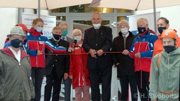 Herrmann bei Ausstellungseröffnung