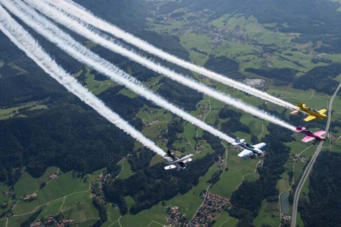 SKYTEXTER über München - Team drückt dem FC Bayern die Daumen - mit Botschaften im XXL-Format