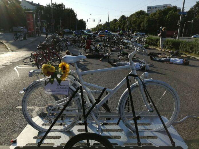 Der Tod kam bei grün: Bündnis Radentscheid München und Ride of Silence gedenken verstorbener Radfahrerin