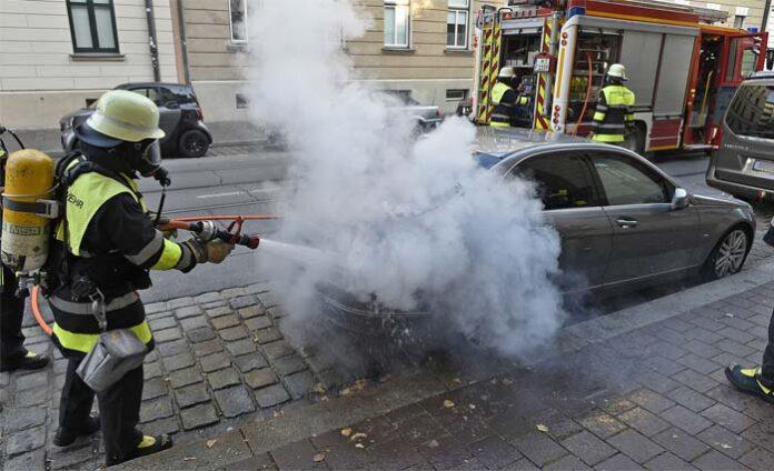 Lehel: Brennender Mercedes in Parkbucht