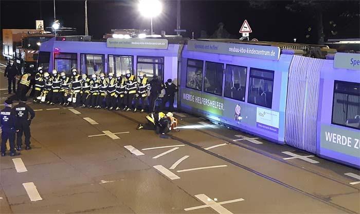 Reichenbachbrücke: Geländewagen kracht in Tram und wirft sie aus den Gleisen