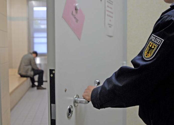 Maskenkontrolle eskaliert - Betrunkener bespuckt Mitarbeiter der DB-Sicherheit und randaliert anschließend auf Polizeiwache