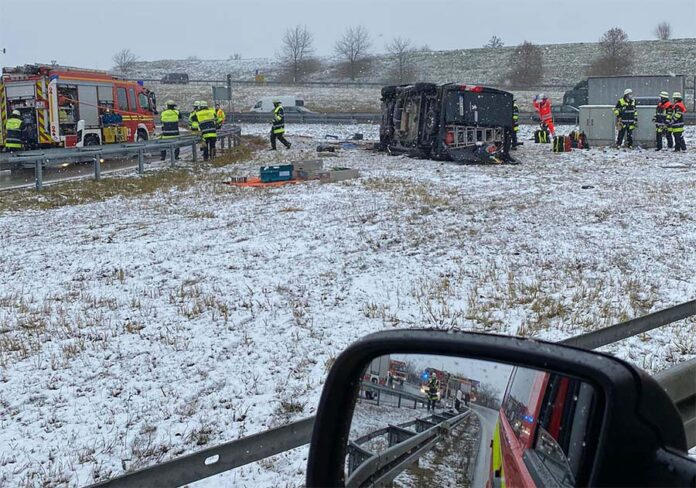 Verkehrsunfall auf der Autobahn A99 - Auto überschlägt sich