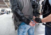 Bundespolizist attackiert - 33-Jähriger beißt zu