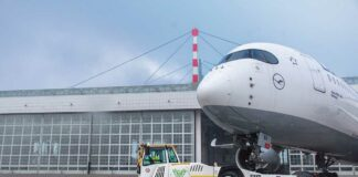 E-Mobility am Flughafen München nimmt Fahrt auf: Vollelektrischer Flugzeugschlepper im Einsatz
