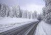Verschneite Schilder und warmlaufende Motoren
