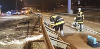 Olympiazentrum: Unfall am Georg-Brauchle-Ring - Feuerwehr entfernt Leitplanke