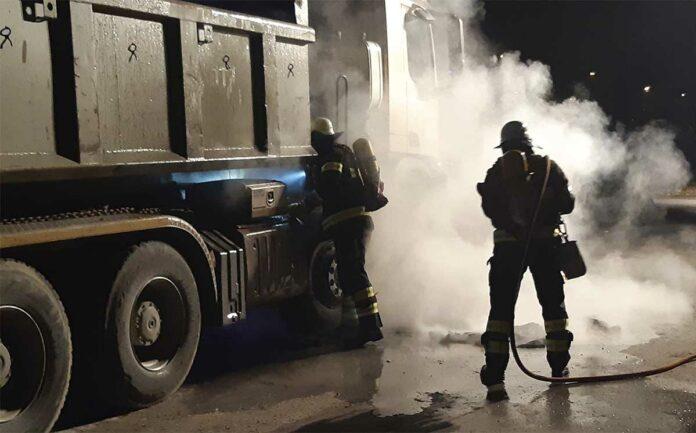 Moosach: LKW in Flammen