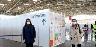 Verena Dietl und Beatrix Zurek besuchen Münchner Impfzentrum