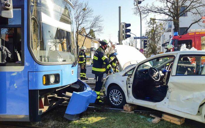 Laim: PKW kracht in Tram
