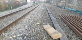 Zug kollidierte mit Betonplatte und Holzbalken