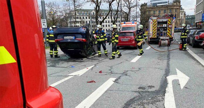 Stachus: Lexus landet nach Unfall auf dem Dach