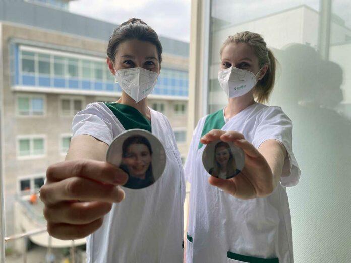 Mit Buttons gegen anonyme Maskengesichter im Krankenhaus