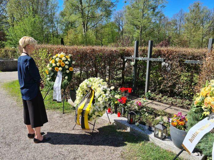 Bürgermeisterin Habenschaden legt Kranz für Sophie Scholl nieder