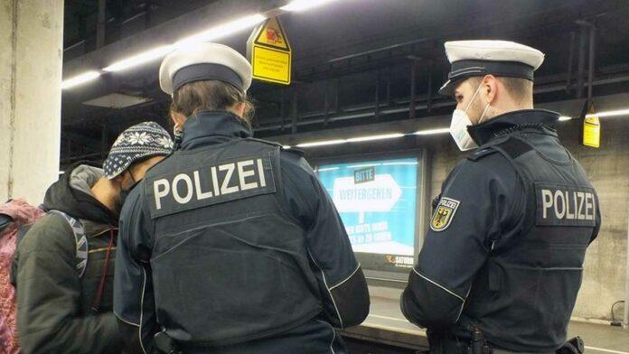 Security-Mitarbeiter und Fahrscheinkontrolleurin verletzt