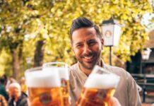 Paulaner führt FC Bayern Legende Claudio Pizarro in bayerische Tradition ein