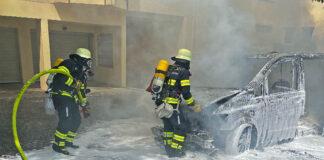 Obergiesing: Kleinbus in Brand - Rauchschwaden leiten die Einsatzkräfte