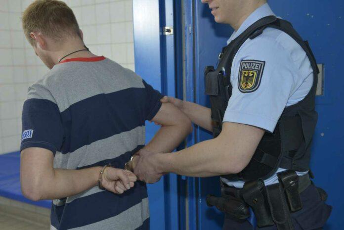 Angriff auf Bundespolizisten - Angreifer geht völlig unvermittelt auf Beamten los