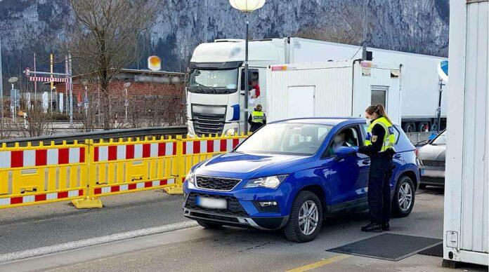 Die Rosenheimer Bundespolizei hat bei Grenzkontrollen auf der A93 zwei gesuchte Männer verhaftet
