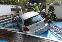 Schreck in der Morgenstunde - 86-jährige Frau kracht mit dem Auto in den Pool