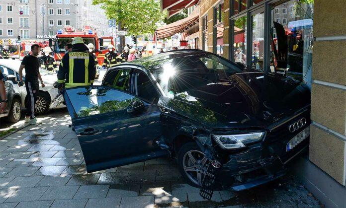 Auto kracht in Schaufenster