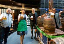 Sarah Jäger - Die Bayerische Bierkönigin lernt anzapfen