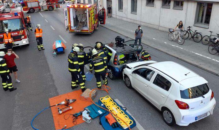 Auffahrunfall: 54-Jähriger bei Zusammenstoß zweier Kleinwagen schwer verletzt