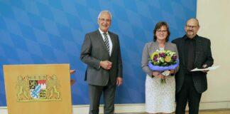 Herrmann händigt das Bundesverdienstkreuz am Bande an Peter Able aus
