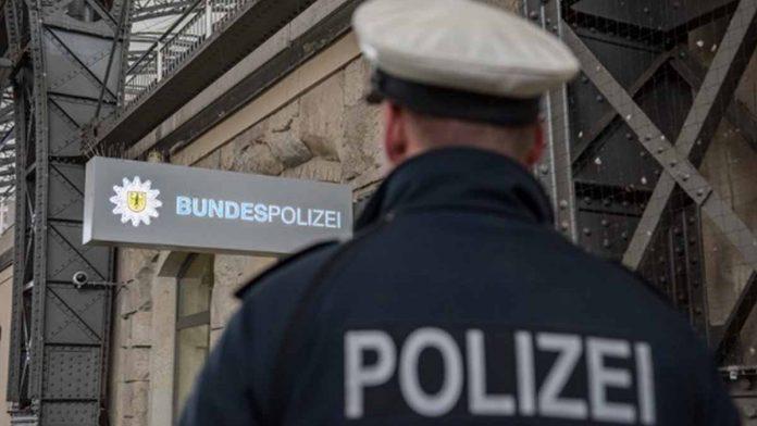 Jugendliche bzw. junge Männer bedrohten 53-Jährigen in der S-Bahn