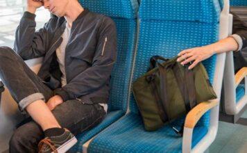 Rucksack aus Gepäckablage gestohlen - Dieb erbeutet Fotoequipment im vierstelligen Wert