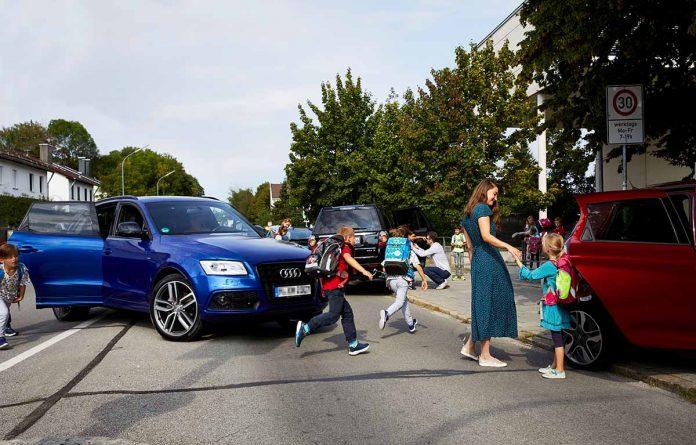 Viele Eltern bringen ihre Kinder mit dem Auto bis vor die Schule, was laut ADAC nicht selten zu Chaos und Unfällen führt
