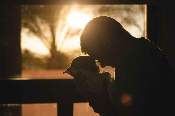 """Das Sozialreferat richtet in einem vierjährigen Modellprojekt erstmalig ein Väterberatungszentrum ein. Das hat der Kinder- und Jugendhilfeausschuss des Stadtrats in seiner heutigen Sitzung beschlossen. Das Väterberatungszentrum soll eine offene und niederschwellige Anlaufstelle für Väter sein – auch für diejenigen, die von klassischen Beratungsangeboten nicht erreicht werden. Deshalb wird das Zentrum als Treffpunkt und Kommunikationsort für Väter konzipiert. So sollen sich Väter und deren Kinder begegnen und austauschen können und bei Bedarf, der Zugang zu Beratung erleichtert werden. Sozialreferentin Dorothee Schiwy: """"Väter wollen sich heute mehr an der Erziehung und Betreuung ihrer Kinder beteiligen als noch ihre eigene Vätergeneration – und zwar unabhängig davon, ob die Eltern noch in einer Beziehung leben oder ob die Eltern getrennt leben. Diese aktive Väterrolle als Normalfall in der Gesellschaft soll auch mit dieser Einrichtung weiter ver- ankert und gefördert werden. Denn leider sind wir von einer Gleichberechtigung und -verpflichtung in der Gesellschaft noch immer weit entfernt. Um diese zu erreichen, braucht es auch Angebote, die auf die speziellen Bedürfnisse der Väter eingehen und von denen sie sich auch angesprochen fühlen."""" In München gibt es aktuell keine spezialisierte Einrichtung für Väter, wie zum Beispiel in Städten wie Berlin. Das neue Väterberatungszentrum ist eine wertvolle Ergänzung zu den bestehenden Selbsthilfeangeboten, wie dem Väternetzwerk und der Väterinitiative. Sozialreferentin Dorothee Schiwy: """"Vor allem durch die große Anzahl an hochstrittigen Trennungen kommt es immer wieder zu Kontaktabbrüchen zwischen Vätern und ihren Kindern. Das schadet dem Wohl der Kinder. Wenn Väter dagegen ihre Vaterschaft engagiert leben, profitieren davon nicht nur sie selbst, sondern auch die Kinder und die Mütter. Deshalb brauchen wir ein solches professionelles Angebot. Väter erhalten hier Unterstützung beim Umgang mit Trennung und Scheidung. Das umfasst """